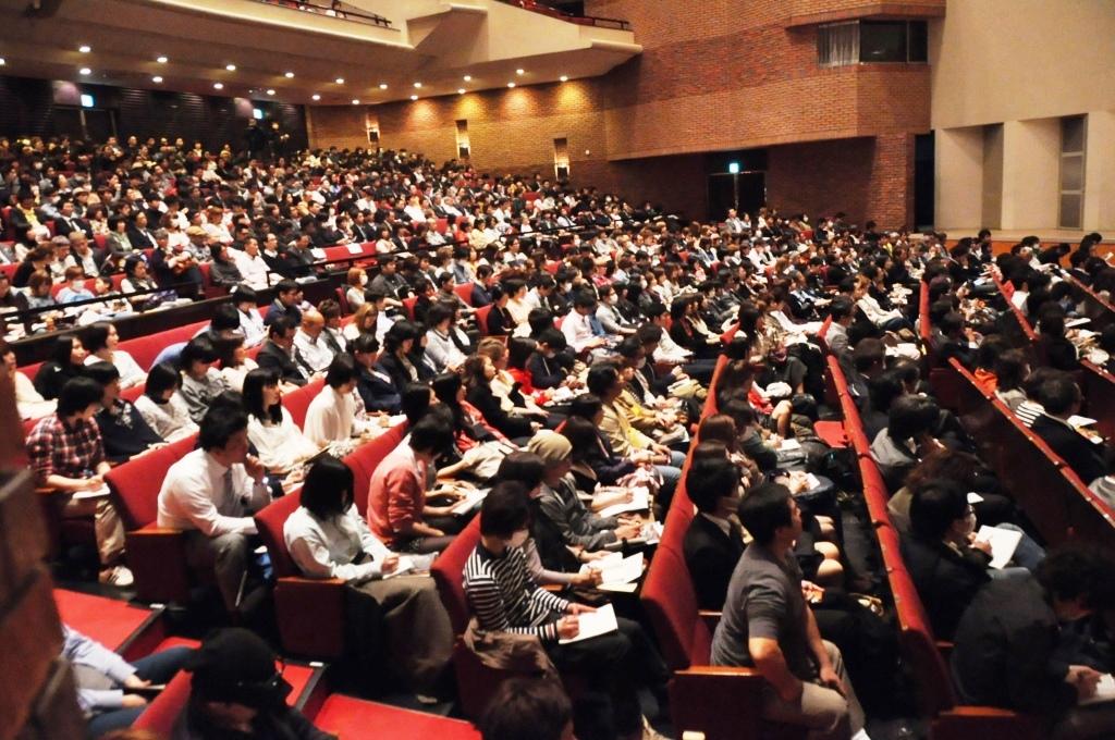 会場は1,000人を超す来場者の皆さんで盛り上がりました。  327実行委員会のメンバー