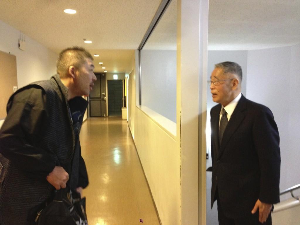 講演前の中村文昭さんと鍵山秀三郎さんのご挨拶風景